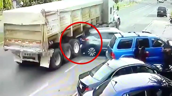 バックしてきた車とトラックに挟まれた男性の別角度映像。