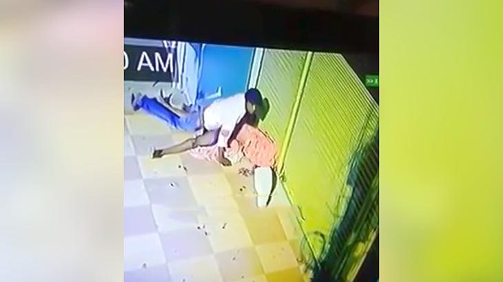 ホームレスの女性の頭にレンガを叩きつけてレ●プする男の映像。