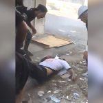 デモ活動中に仲間が目の前で殺されてしまう映像。