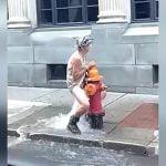 消火栓から溢れ出る水で自分のアソコを洗うおばあちゃんの映像。