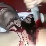 【閲覧注意】男の左胸をナイフで切り開くグロ動画。
