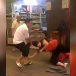 お店で怒り散らす女さんが店主のおっさんにしばかれる映像。