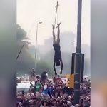 10代の犯罪者をリンチして吊るし上げる住民たちの映像。
