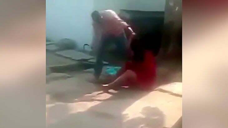 【閲覧注意】彼女を鎌で何度も刺す男の映像。