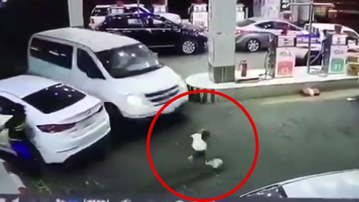 ガソリンスタンドでボール遊びをしていた男の子が轢かれてしまう映像。