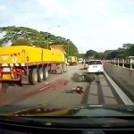 【閲覧注意】バイクに乗っていた男性がトラックに身体を粉砕される瞬間の映像。