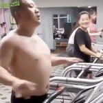 ジムのランニングマシンでモデルウォークを披露する男の映像。