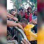 【閲覧注意】男性の左肩に突き刺さった木を引っこ抜く映像。