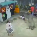牛に突き飛ばされる人々 in インド。