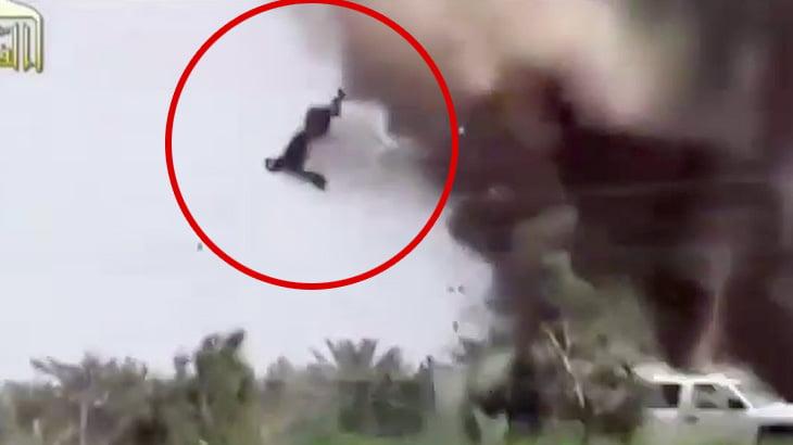 砲撃を受けて空高く舞い上がってしまった兵士の映像。