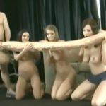 3人の美女と超巨大なチ●コを持つ男(という設定)のエロ映像。