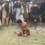 住民たちから石を投げられて殺される男性の映像。
