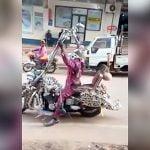バイクのハンドルをマックスまで高くした男の映像。
