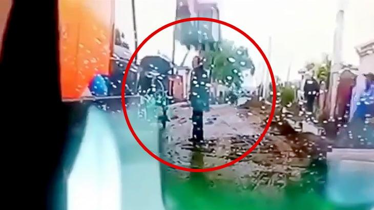 油圧ショベルに押しつぶされてしまう男性の映像。