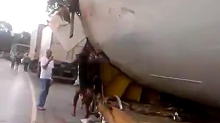 【閲覧注意】トラックに轢かれてグッチャグチャになった人間の死体映像。