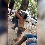 2人の小人症の男性が殴り合いの喧嘩をする映像。