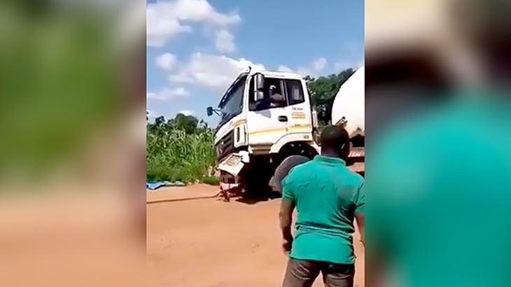 トラックを牽引しようとしてバッキバキに壊してしまう映像。
