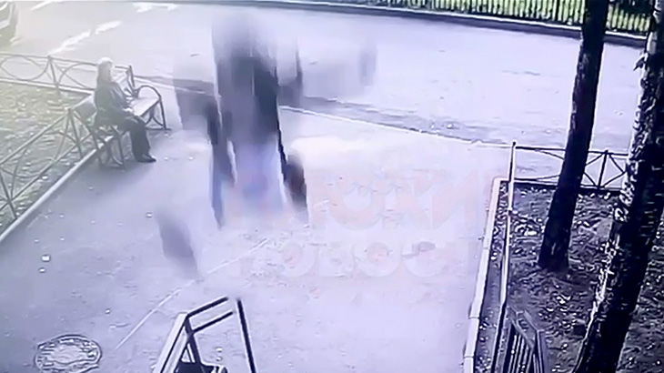 ベンチで休んでたおばあちゃんの目の前に降ってきた男の映像。