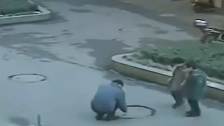 マンホールに爆竹入れて大爆発させる男の映像。