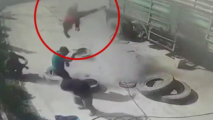 トラックのタイヤの爆発で吹き飛ばされてしまう男の映像。