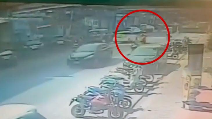 走行中のバイカーがマンホールの爆発で吹き飛ばされる映像。