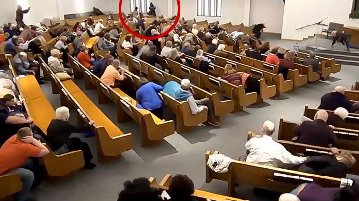 教会で銃を乱射した男が即射殺される事件映像。