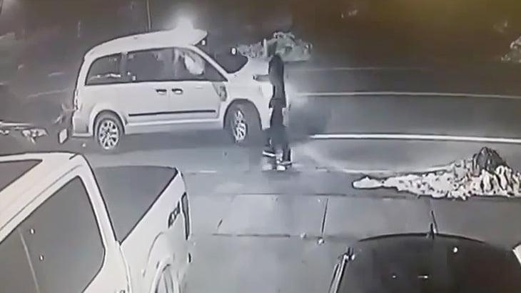 タクシードライバーに文句を言っていた男が轢き殺されてしまう映像。