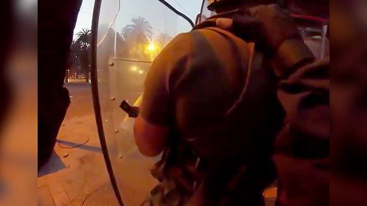 暴徒に火炎瓶を投げられて身体に火が点いてしまう警察官の映像。