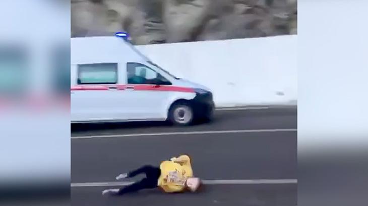 8歳の男の子が救急車に跳ね飛ばされてしまう瞬間の映像。