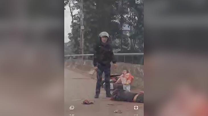 幼い子どもの目の前で母親を刺し殺す男の映像。