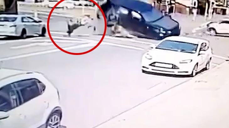 車に激突されてめっちゃ弾き飛ばされてしまう男性の映像。