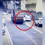 バックしてきたゴミ収集車にゆっくり轢かれてしまう男の映像。