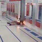 【閲覧注意】なぜか銀行内で身体を燃やされてしまった男の映像。