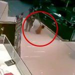 ショッピングモールで2歳の男の子が強盗に射殺されてしまう事件映像。