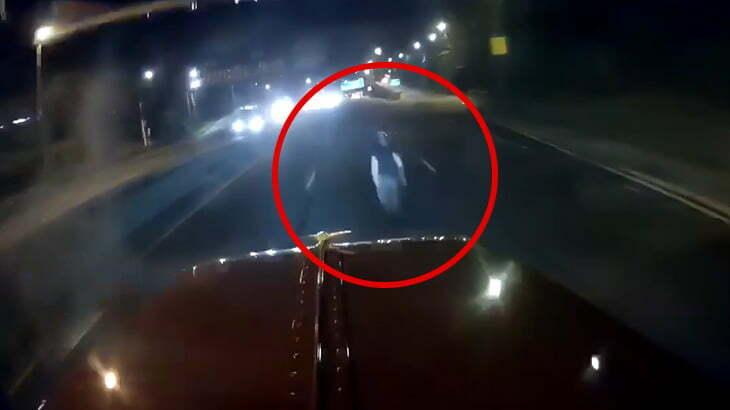 なぜか夜の道路を歩いていた男を轢いてしまうトラックの車載カメラ映像。