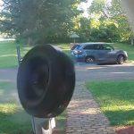 走行中の車から外れたタイヤが民家の玄関に激突する映像。