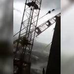 強風に煽られてクレーンが転倒する映像。