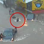 洪水した街でマンホールに吸い込まれて死んでしまった17歳の女の子の映像。