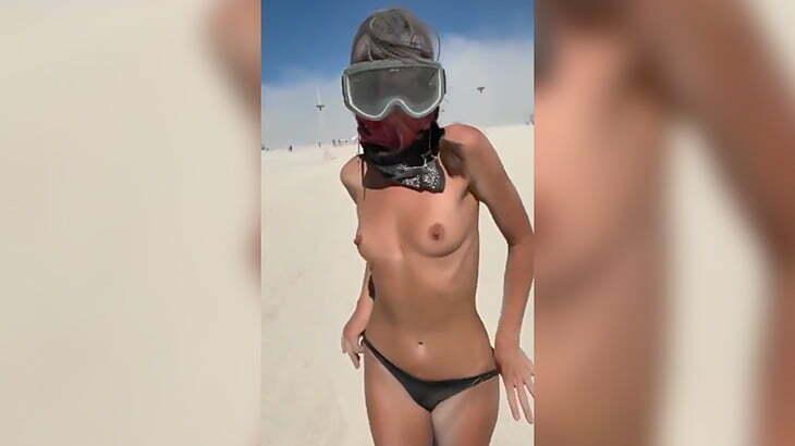 砂漠で行われるイベント「バーニング・マン」で裸体を晒す女の子の映像。