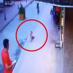 4階のバルコニーから転落して死んでしまった幼い子どもの映像。