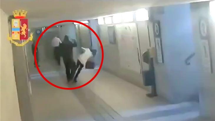 特に理由なく2人の女性を殴るイカれた移民男の映像。