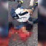 【閲覧注意】バイク事故で胴体が潰れて死んでしまった男性のグロ動画。