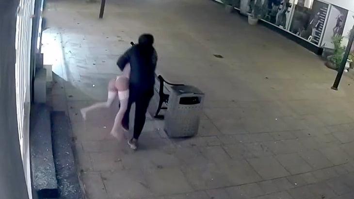 ショーウインドウを割ってマネキンを盗んでいく男の映像。