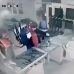 射撃場にて自分のこめかみに銃口を当てて自殺する男の映像。