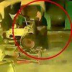 作業員の男性が重機に挟まれてしまう映像。
