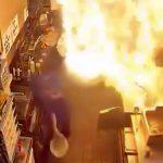 火があがってしまった油に水を入れて炎上させてしまうアホ店員の映像。