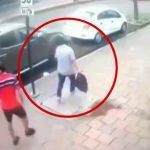真っ昼間に人通りの多い路上で強盗に遭う男性の映像。