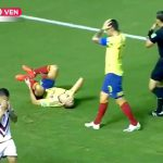 サッカーの試合中、スライディングした選手の足首が折れてみんなで頭を抱える映像。