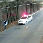 警察車両から逃げるのが上手い男の映像。