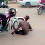 泥棒の男がバイクで轢かれまくる映像。